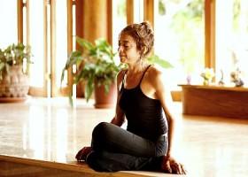 yoga studio thrive yoga zeeburg amsterdam oost vrouw mediteert op houten vloer Wereld van Yoga