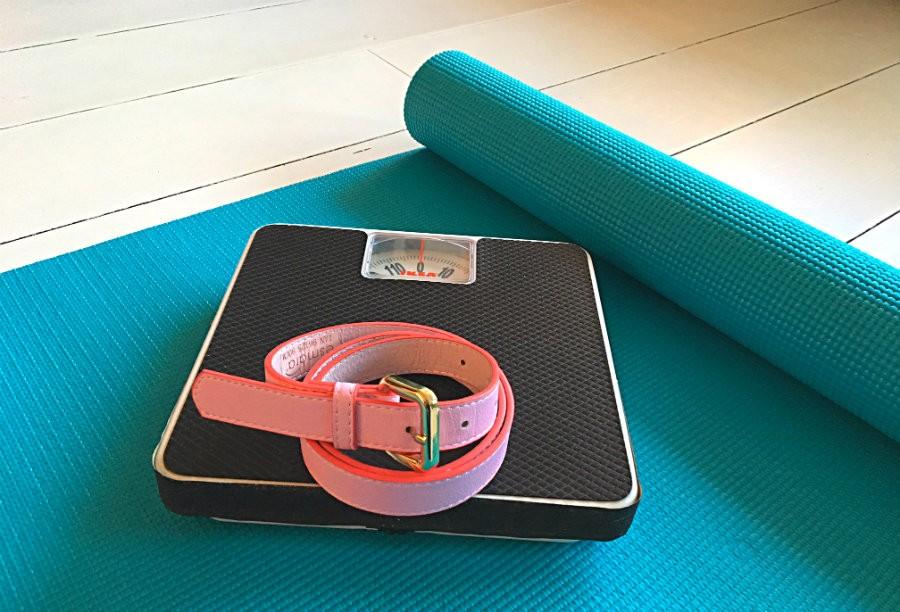 Afvallen met yoga kerstkilo's eraf weegschaal Afvallen met yoga: de kerstkilo's eraf! - Wereld van Yoga