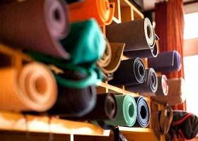 Svaha-Yoga-Amsterdam-opgerolde-gekleurde-yogamatten-in-een-kast Wereld van Yoga