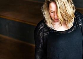 Wereld-van-Yoga-2-Marijke-van-der-Graaf-Kingfisher-Yoga-Rotterdam-vrouw-doet-yogahouding Wereld van Yoga