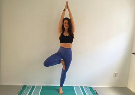 5 yogaoefeningen jaar afsluiten boomhouding