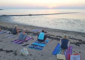 yogastudio franeker yogaenzo yoga strand zonsondergang Wereld van Yoga