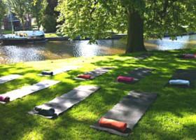yogastudio hoog droog harlingen yogamatjes in gras buiten Wereld van Yoga