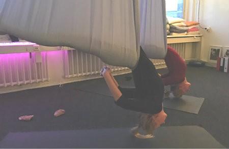 wat is proefles aerial yoga vrouwen achterover hangen in doek