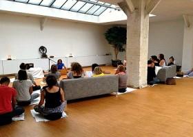 yoga studio delight yoga amsterdam weesperbuurt mensen kijken naar zanger Wereld van Yoga
