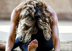 yoga studio de nieuwe yogaschool amsterdam centrum johan noorloos vrouw doet voorovergebogen yogahouding Wereld van Yoga