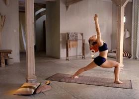 yoga studio delight yoga den haag statenkwartier vrouw doet yoga op mat Wereld van Yoga