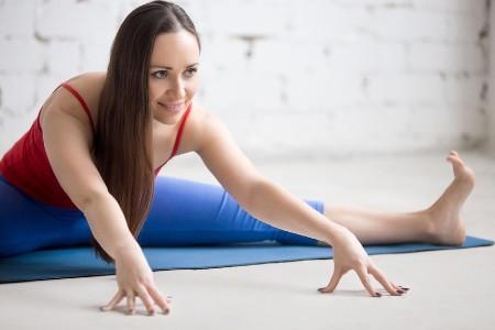 5 yogaoefeningen jaar afsluiten spreidzit