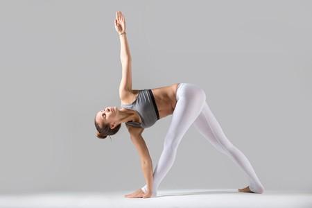 4 goede yogaoefeningen bij weinig tijd: gedraaide driehoek (parivrtta trikonasana)